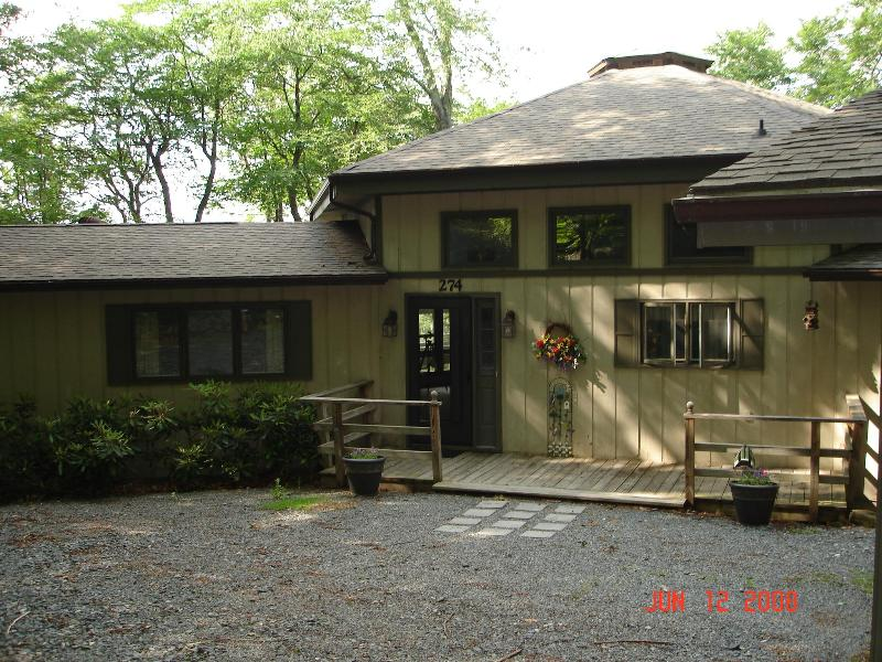 Front of house, level entry - 5 Bedrms, Sugar Mtn, NC  Great Views & Convenient - Sugar Mountain - rentals