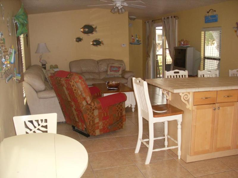 Living room and kitchen area - 2 bedroom house near the Marathon Airport - Marathon - rentals