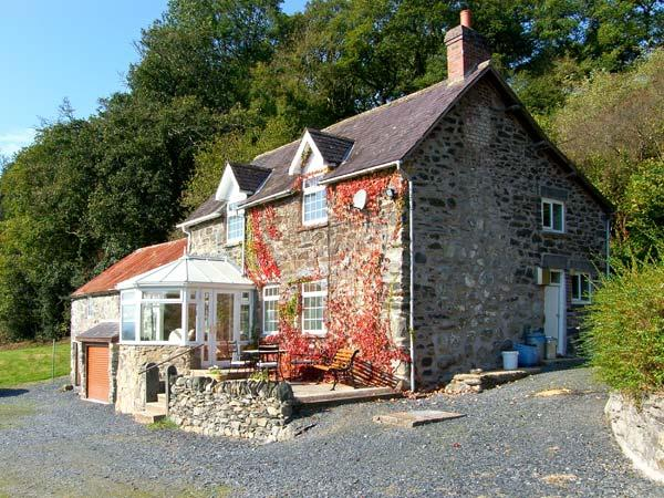 TYN LLWYN, pet friendly, character holiday cottage, with a garden in Pencoed, Ref 10388 - Image 1 - Pencoed - rentals