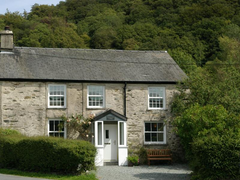 A traditional lakeland cottage - Honeysuckle Cottage, Satterthwaite, nr Hawkshead - Hawkshead - rentals