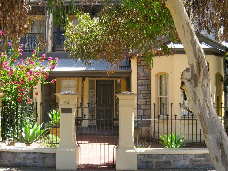outside  - 3 b/r  LUXURY TOWNHOUSE | NORTH ADELAIDE PARKLAND FRONTAGE - North Adelaide - rentals