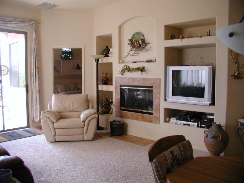 family room open floor plan - LUXURY HOME WITH VIEWS OF THE 7th GREEN - Tucson - rentals