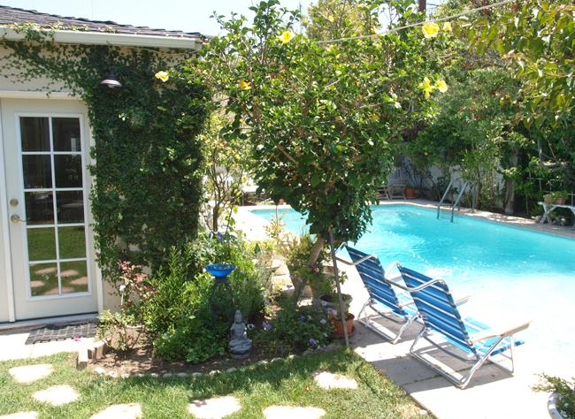 Soak up the sun at your private pool! - The Ultimate Escape - Renovated Cottage in Culver City w/ Pool & Garden - Culver City - rentals