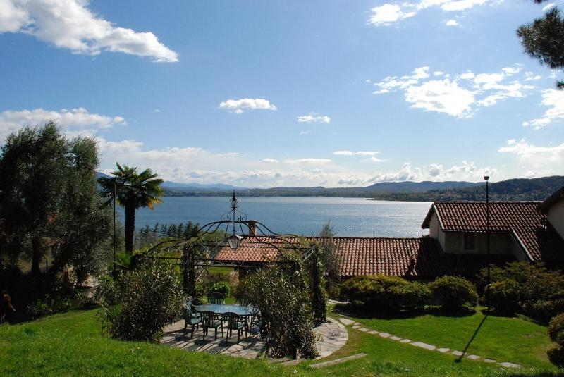 The view of the lake and the barbecue - Lake Maggiore breathtaking view romantic apartment - Lesa - rentals