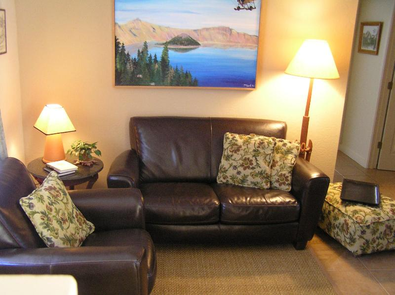 Comfy leather furniture - The Terra Cottage Inn a beautiful Luxury Apartment - Ashland - rentals