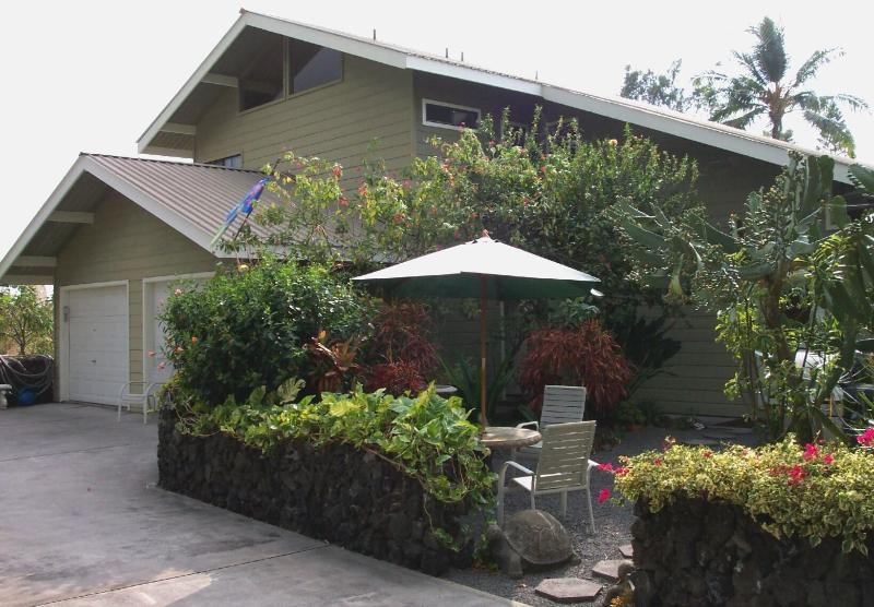 Large home & GREAT location. 2 floors both with Great Rooms and Kitchens. You get the entire home! - LOCATION Beautiful Pvt 4 Bdrm Home ~ Right In Town - Kailua-Kona - rentals