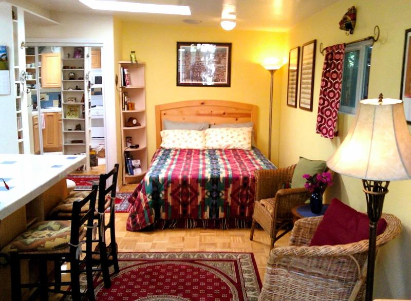 The Cottage's queen-size bed with Tempurpedic mattress & plenty of closet space - Enchanting Cottage & Gardens, Bike to the Beach - Santa Monica - rentals