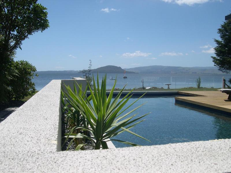 Looking accross the swimming pool to the lake - Tui Glen Luxury  Apartment - Rotorua - rentals