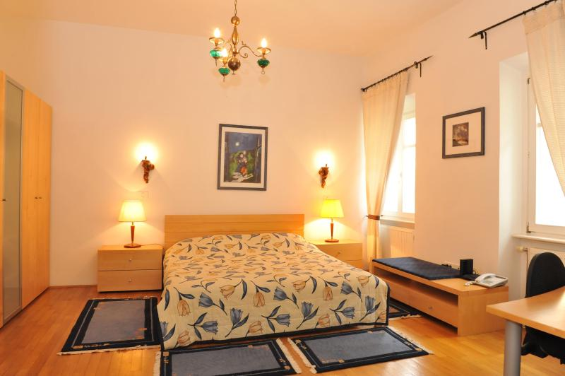 Apartment ANTON - Bedroom with a double bed (180 x 200 cm) - Spacious Apartment Anton TourAs in the city center - Ljubljana - rentals