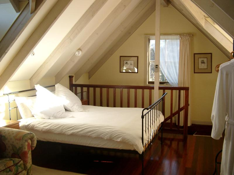 Upstairs QS bed with above bed lighting - Auberge de la Rose at Redesdale Estate vineyard - Redesdale - rentals