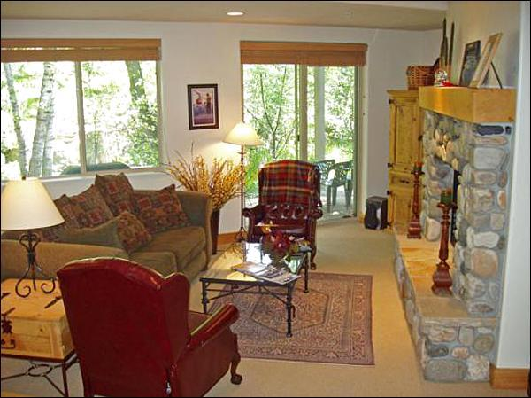 Beautifully Decorated and Sunny Living Room - Close to River Run Lifts and Trail Creek - Fine Furnishings, Country Decor (1007) - Ketchum - rentals