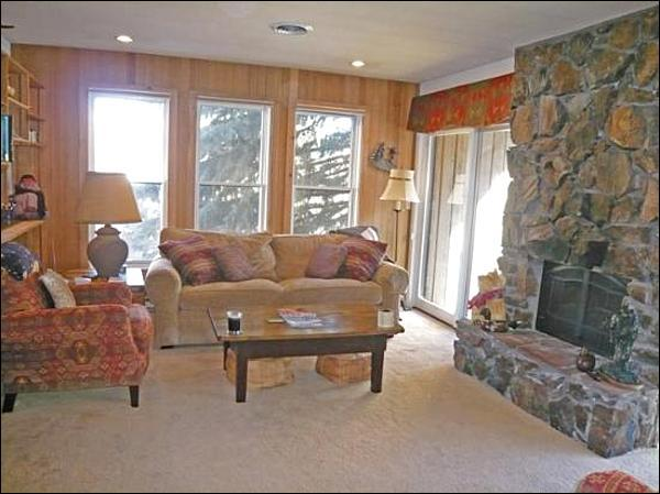 Living Room with Large Stone Fireplace - Perfect Lodging for Ski Enthusiasts - Open and Spacious Layout (1038) - Ketchum - rentals