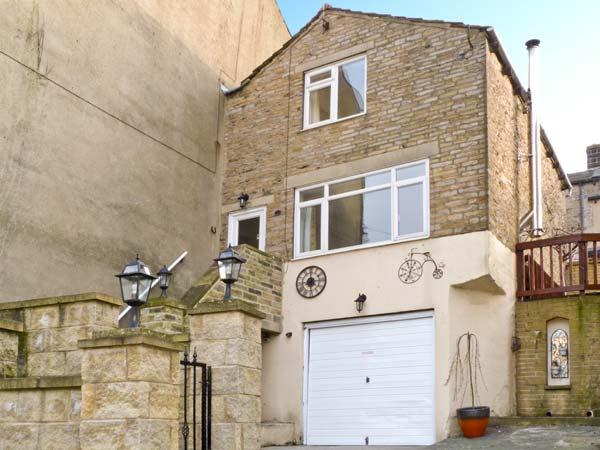JOURNEYMAN LOFT, enviable position, off road parking, woodburning stove, in Skipton, Ref 12251 - Image 1 - Skipton - rentals