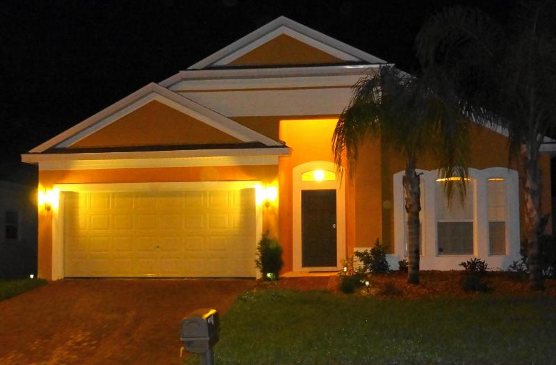 Front view of our villa Diana at night - Luxury 4BR Villa Private Pool 15min Disney Orlando - Davenport - rentals