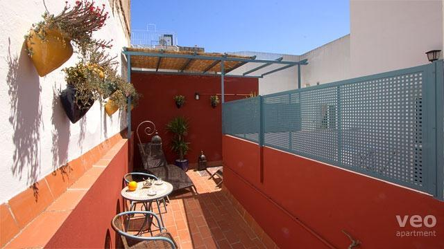 Private terrace equipped with outdoor seating and plants. - Vidrio Terrace | Modern 1 bedroom in Santa Cruz - Seville - rentals