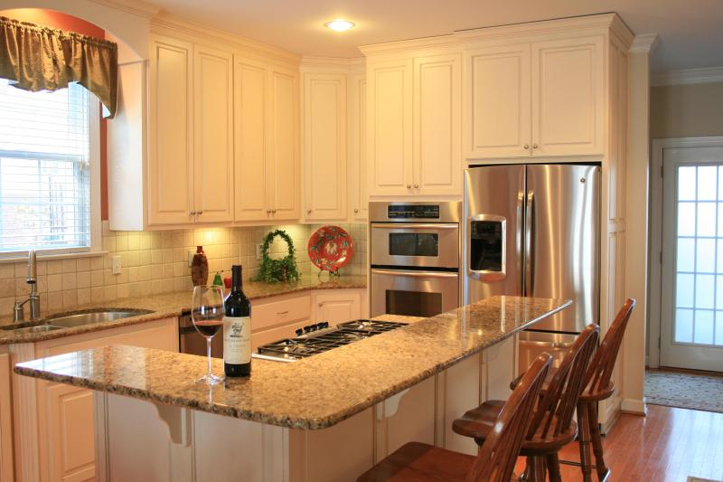 Gourmet Kitchen with Granite countertops and stainless steel appliances.   - Luxury in Colonial Williamsburg.  Pet Friendly! - Williamsburg - rentals