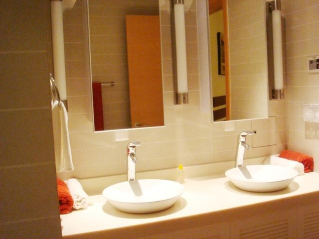 Master Bath - 2 Br Luxury Apt 9-03/4 in Elibank Tower, Colombo 5 - Colombo - rentals
