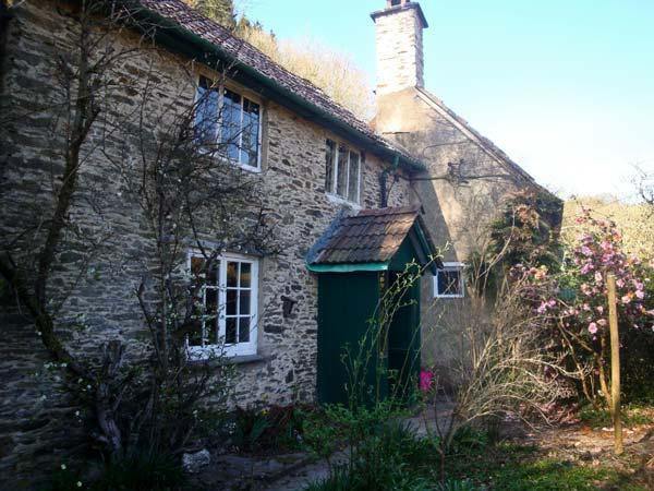 BURY CLEAVE COTTAGE, charming cottage, with two bedrooms, woodburner, and enclosed garden, in Bury hamlet, Ref 14368 - Image 1 - Dulverton - rentals