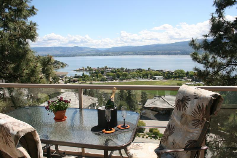 Wow ... What an amazing view over the lake & vineyards. - A Lakeview Heights B&B: winery tour route luxury! - Kelowna - rentals