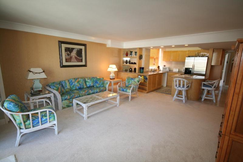 huge livingroom - Views! Amazing Royal 2br Waikiki Mastersuite - Honolulu - rentals