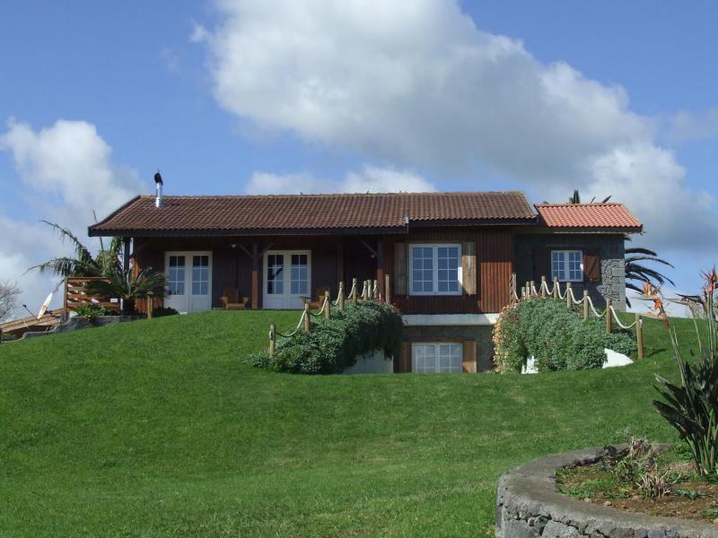 Fabulous spacious log cabin in beautiful garden, beside quiet beach - Casa da Praia - beautiful log cabin by the beach - Horta - rentals