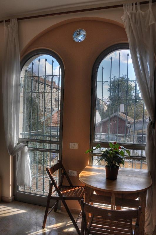 Dining area and balcony - The Market Courtyard - Jerusalem Suites - Jerusalem - rentals