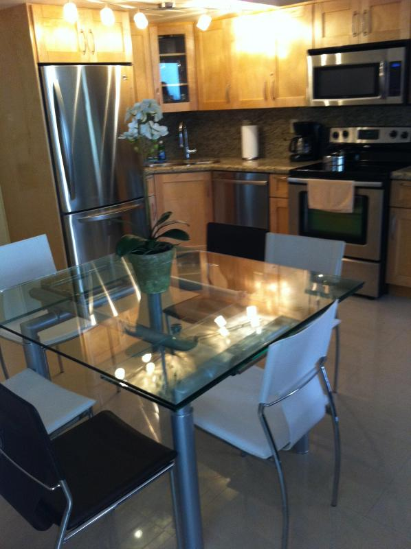 Kitchen with dining for 6 - Spectacular 3 BR Miami Beach Condo - Suite 715 - Miami Beach - rentals