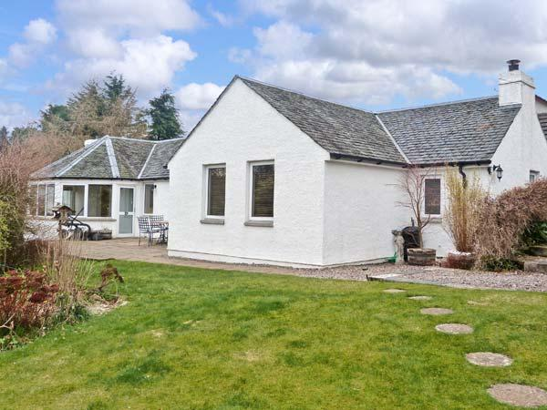 EDEN COTTAGE, open fire, ensuite bathroom, beautiful scenery in Strathpeffer Ref 12223 - Image 1 - Strathpeffer - rentals