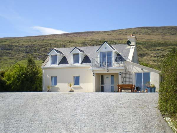 THE MEADOW, detached, garden, with open fire in Castlecove near Caherdaniel, Ref 13011 - Image 1 - Ballybunion, County Kerry - rentals