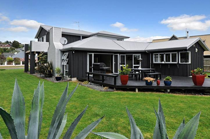 Modern 5 bedroom home - with large by-fold doors - Zodiac Bay Lake Retreat, Rotorua, New Zealand - Rotorua - rentals