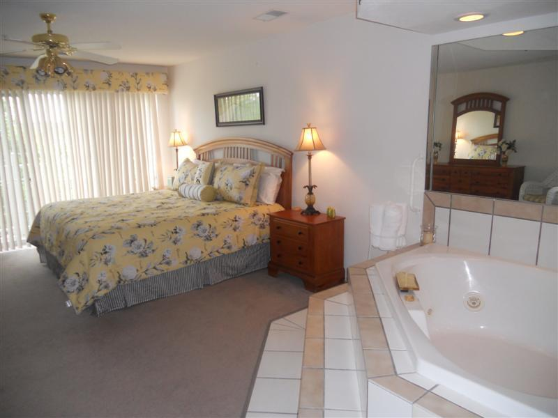 LARGE King Bedroom with Jacuzzi Tub - Walk In * One Bedrm Jacuzzi Suite *Close to Strip - Branson - rentals