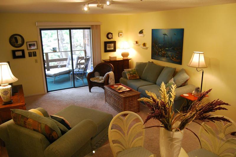 Comfortable Living Room opens to screened porch. - Lovely Condo Close To Beach - Low rates, Free WIFI - Fernandina Beach - rentals