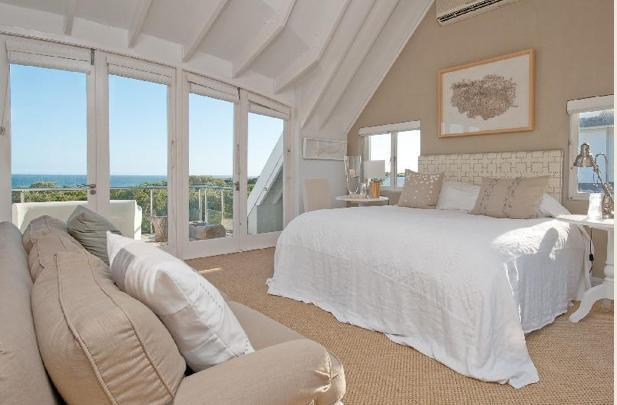Main bedroom with sea and mountain view - Luxury 5 bedroom Hermanus sea-view house - Hermanus - rentals