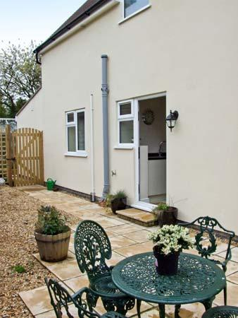 WILDAIR COTTAGE, contemporary romantic accommodation with king-size bed, en-suite, near Minchinhampton near Stroud, Ref 15807 - Image 1 - Stroud - rentals