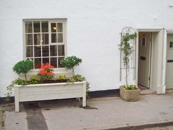 CLOUD COTTAGE, character cottage dating from 1540s, courtyard, close to Peak District National Park in Leek, Ref 14951 - Image 1 - Leek - rentals