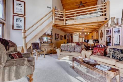 Deer Valley Powder Run great room / living area with timber finishings, private balcony/deck and comfortable furnishings. - Deer Valley Powder Run - Park City - rentals