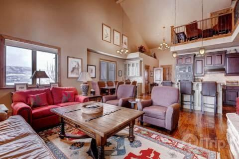 Vaulted ceilings with oversized windows that frame spectacular views all around, spacious family room, dining room seats 8 & modern gourmet kitchen. - Deer Valley Vista - Heber - rentals