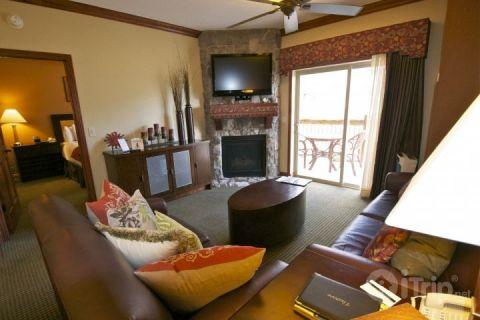 Spacious mountain living room / family area with flooring to ceiling stone fireplace, HDTV and spectacular mountain views from balcony. - Westgate 1 Bedroom Twilight - Park City - rentals