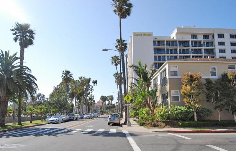Building Side View on Famous Ocean Avenue in Santa Monica - Charming Beach Studio with Stunning Ocean-Views - Santa Monica - rentals