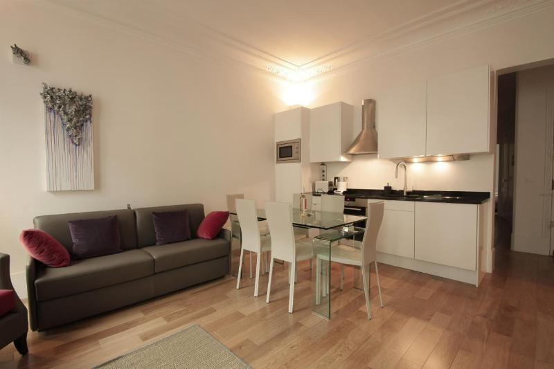 *2 BEDROOM, 2 BATHROOM W/ BALCONY IN 2ND DISTRICT* - Image 1 - 2nd Arrondissement Bourse - rentals