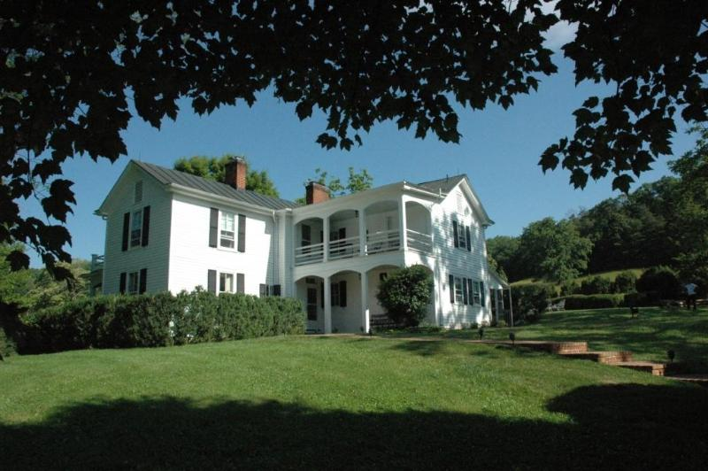 The 200 year-old house early in the morning - Elegant Jefferson-era Farmhouse - Charlottesville - Charlottesville - rentals