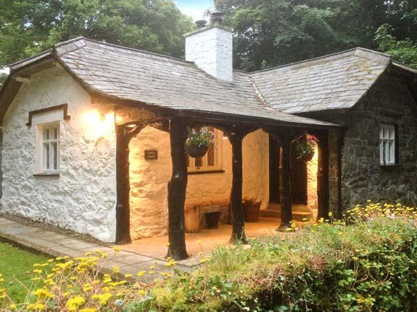 UPPER LODGE, single storey cottage, open fire, woodburning stove, woodland garden, walks from the door, in Morfa Nefyn, Ref 5025 - Image 1 - Morfa Nefyn - rentals
