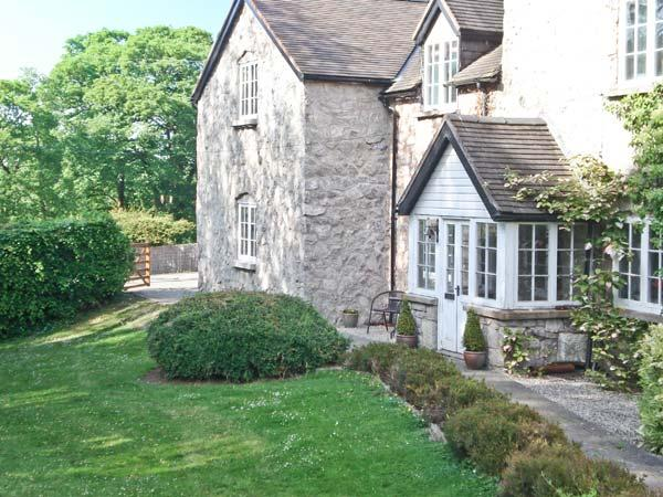 DISTYLL, single storey cosy cottage, idyllic location near stream, underfloor heating, mile from amenities in Ruthin, Ref 15883 - Image 1 - Ruthin - rentals