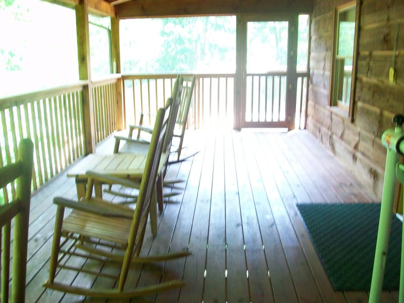 A perfect place to reminisce - 'Bearfoot 2' ... location doesn't get any better! - Townsend - rentals