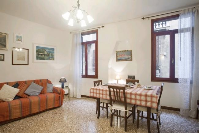 A comfortable and bright apartment with a view of San Polo's canal near the Frari church - Image 1 - Venice - rentals