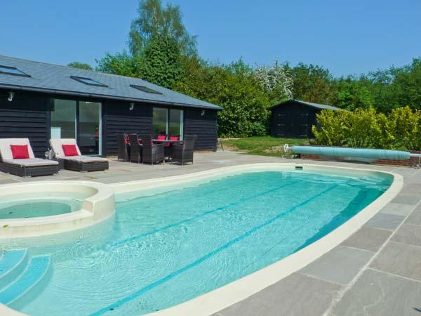 RUSHMORE LODGE, luxury cottage with swimming pool, sauna, steam room, pool table, in Knockholt Ref 16229 - Image 1 - Kent - rentals