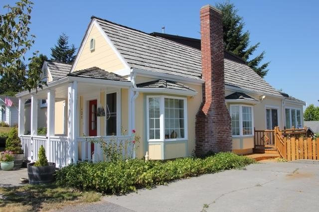 Front side - The Langley House - in town retreat - sleeps 2-14 - Langley - rentals