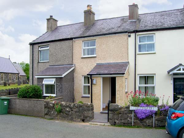 TY TWM, stylish accommodation, balcony, enclosed garden, pet welcome, in Llanfaglan near Caernarfon Ref 17031 - Image 1 - Caernarfon - rentals