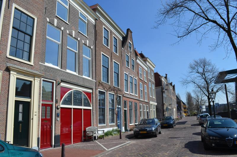 It is the house with the red doors - City apartment Leiden (near Amsterdam and airport) - Leiden - rentals