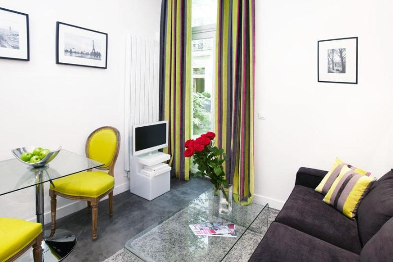 LUXURY JUNIOR SUITE IN MONTORGUEIL 1 - Image 1 - 2nd Arrondissement Bourse - rentals